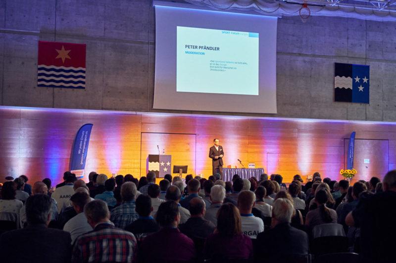 Moderator Peter Pfändler im Einsatz am Sport Forum Aargau 2018
