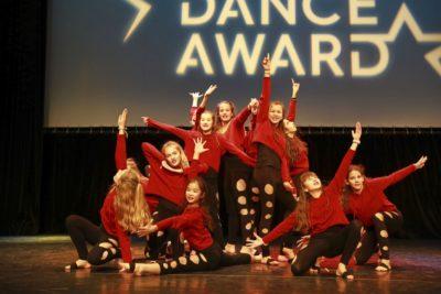 Die Tanzgruppe Girls United bei ihrer Schlusspose am Ende des Auftritts am School Dance Award