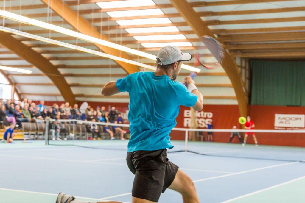 Ein Tennisspieler schlägt einen Vorhandball aus vollem Lauf