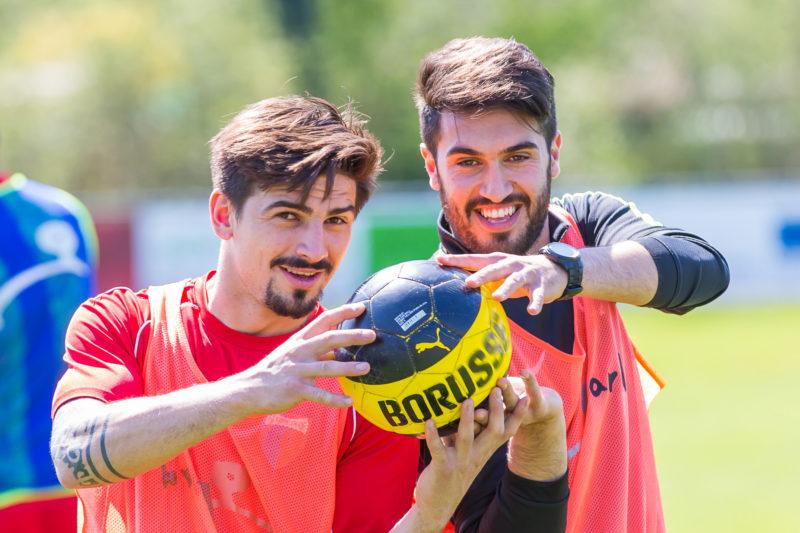 Zwei Fussballer bei einer Aufwärmübung