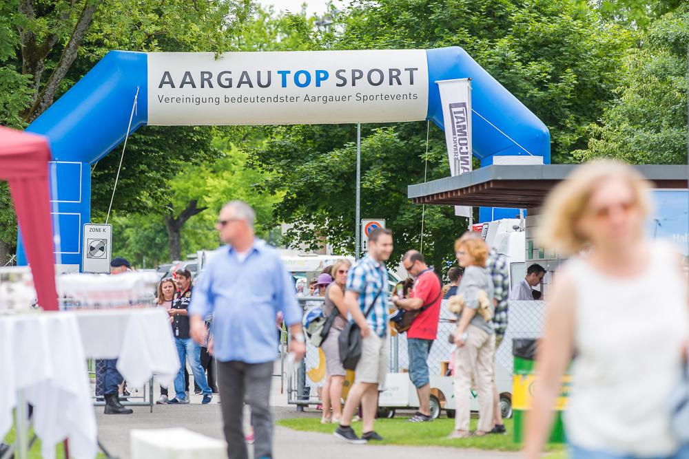 Aufblasbarer Torbogen von «AargauTopSport» am Pferderennen in Aarau