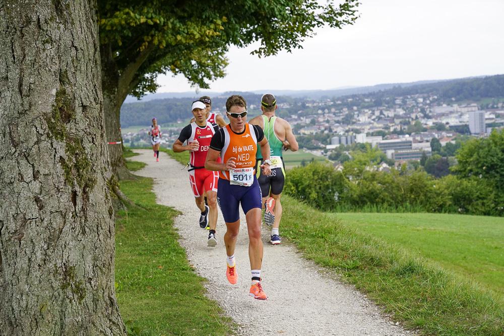 Vier Teilnehmer des Powerman Zofingen rennen auf dem Zofinger Hausberg «Heitere»