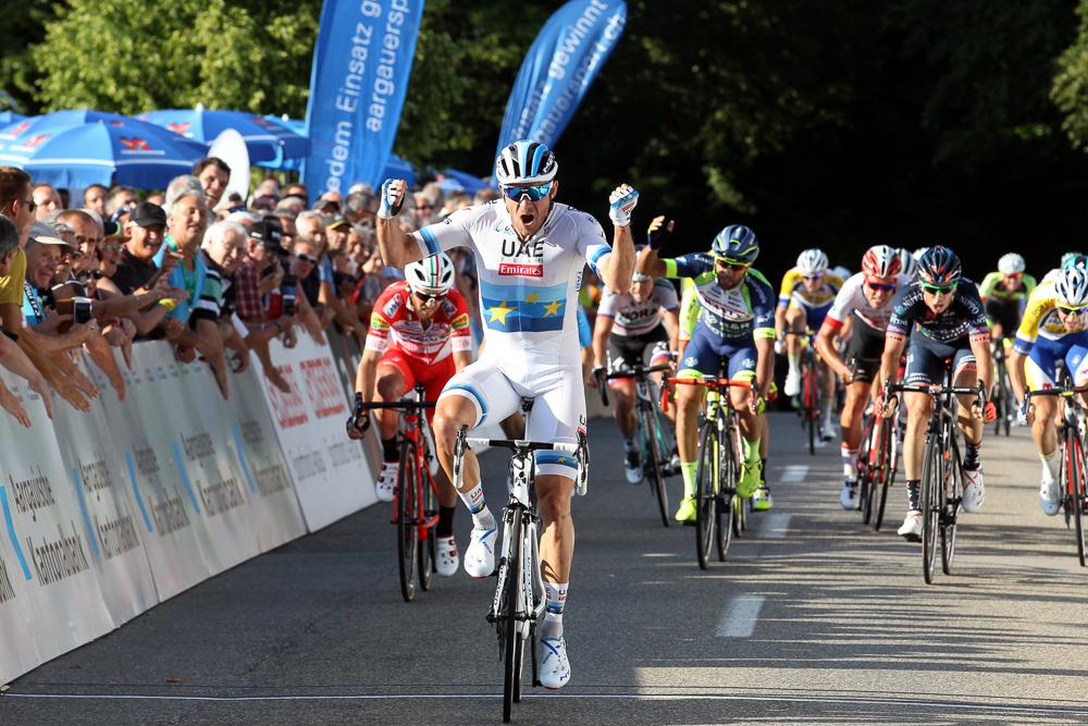 Zielankunft am Elite Radrennen in Gippingen mit dem jubelnden Sieger im Vordergrund