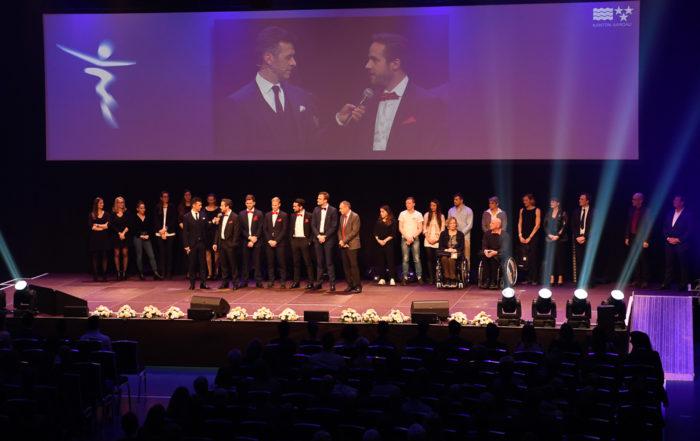 Auf der Bühne der «Sport-Gala» steht eine Gruppe von Nominierten. Moderator Jan Billetter führt ein Interview