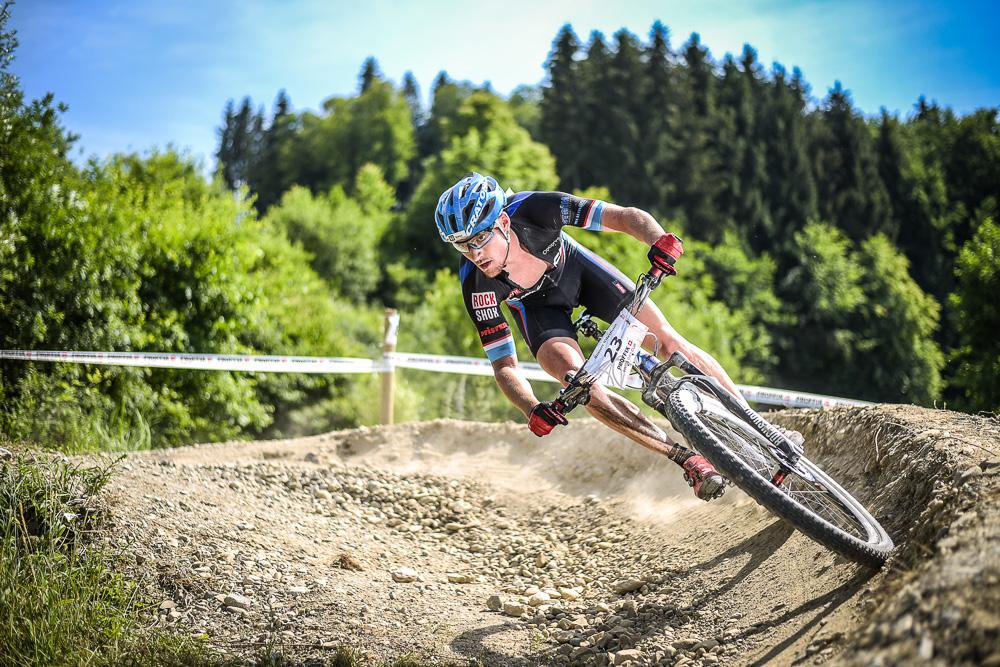 Ein Mountainbiker fährt eine Steilwandkurve am Proffix Swiss Bike Cup in Gränichen