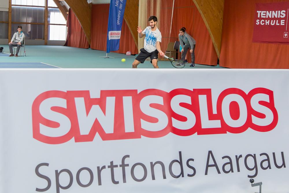 Eine Bande mit dem Logo des Swisslos-Sportfonds Aargau begrenzt den Center Court des Tennis Pro-Open Aargau in Oberentfelden