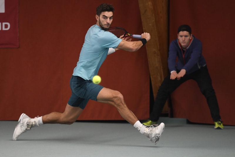 Tennisspieler Tobias Simon schlägt einen Rückhand Sliceball