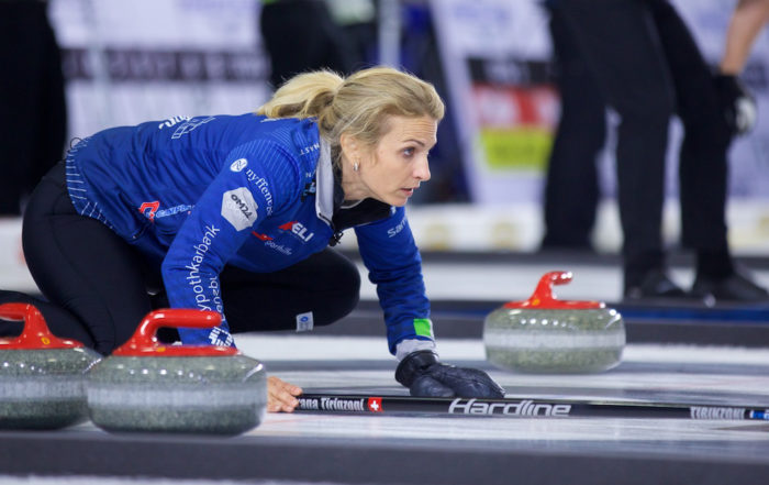 Curliner Silvana Tirinzoni gibt die Richtung für den Curlingstein vor