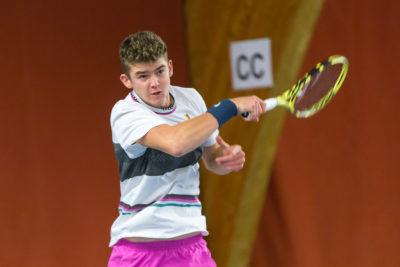 Tennisspieler Jérôme Kym schlägt eine Vorhand
