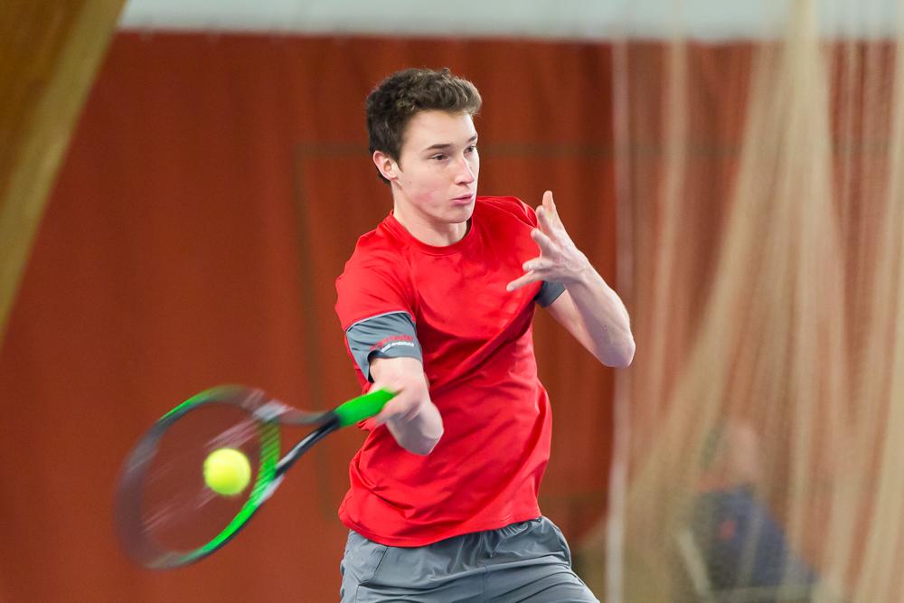 Tennisprofi Jakub Paul schlägt eine Vorhand