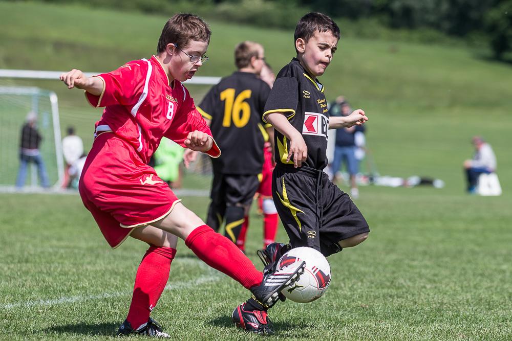 Ein geistig behinderter Junge spielt Fussball