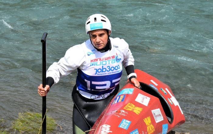 Kanutin Sabine Eichenberger verlässt das Wasser mit ihrem Kanu
