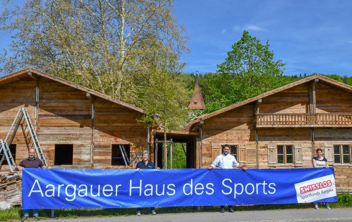Die Gastgeber vor dem sich im Aufbau befindenden Aargauer Haus des Sports (v.l.n.r.): Marco Meili, Geschäftsführer IG Sport Aargau, Bernadette Huber und Peter Schneider, Gasthof Schützen, Patricia Winter, Fachmitarbeiterin Swisslos-Sportfonds Aargau.