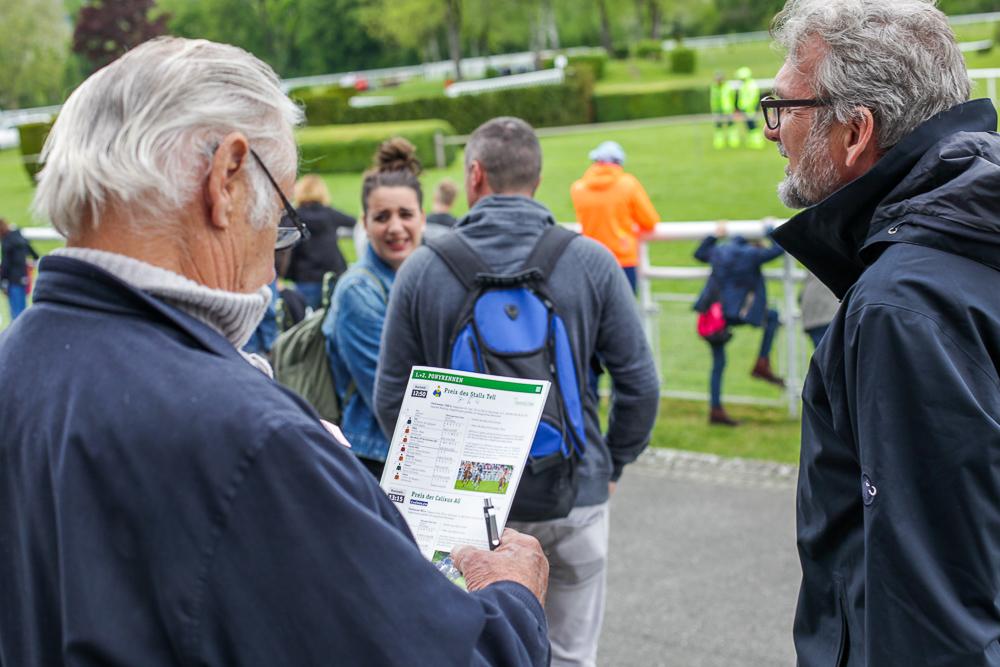 Ein Zuschauer studiert das Programm der Pferderennen in Aarau