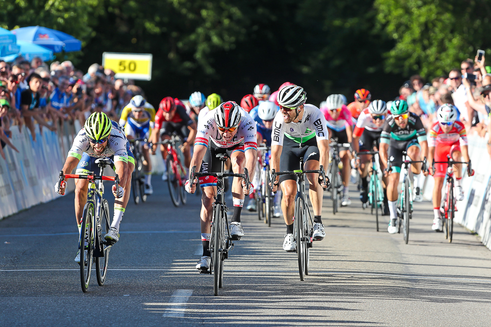 Sprint auf der Zielgerade der Radprofis beim GP des Kantons Aargau in Gippigen