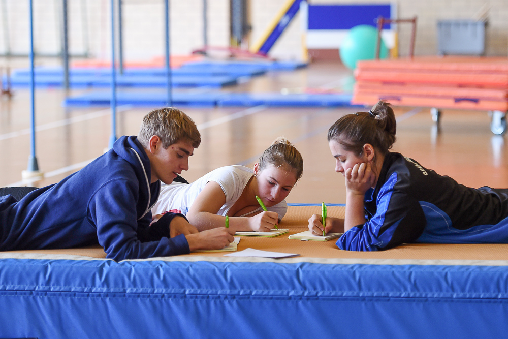 Junge Hilfsleiter während der Ausbildung im Projekt «1418coach»