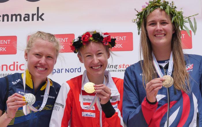 Eline Gemperle auf dem Podest der Junioren WM mit der Goldmedaille