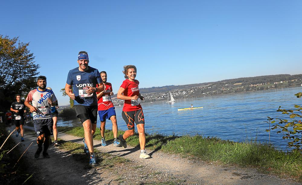 Eine Läufergruppe rennt entlang des Hallwilersees