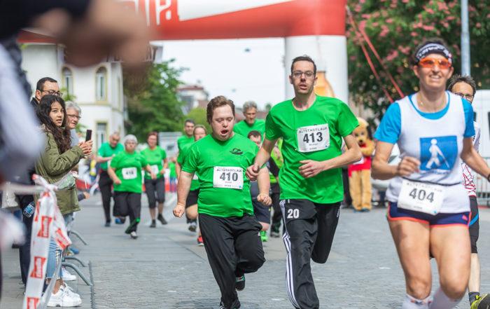 Sportler mit einer Beeinträchtigung rennen am Aarauer Altstadtlauf mit