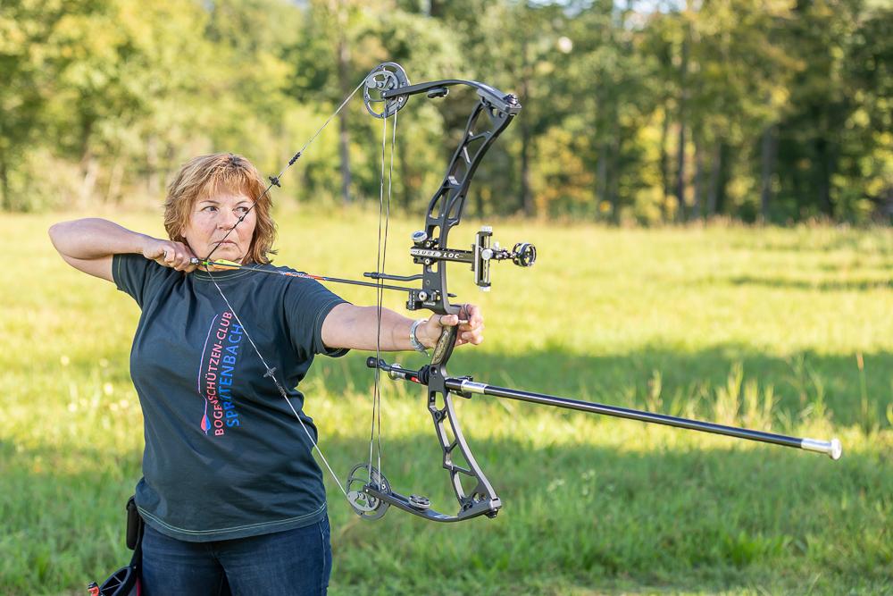 Jacqueline Künzle beim Bogenschiessen