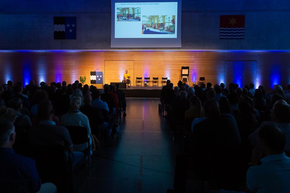 David Mzee während seinem Referat am Sport Forum Aargau