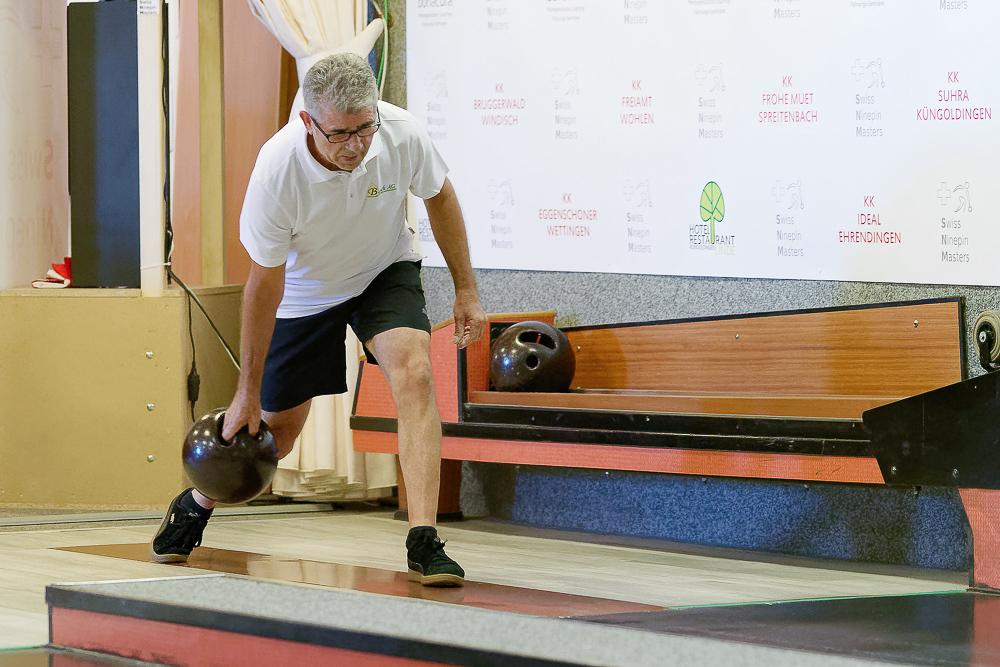 Sportkegler Bernard Schwägli in Aktion