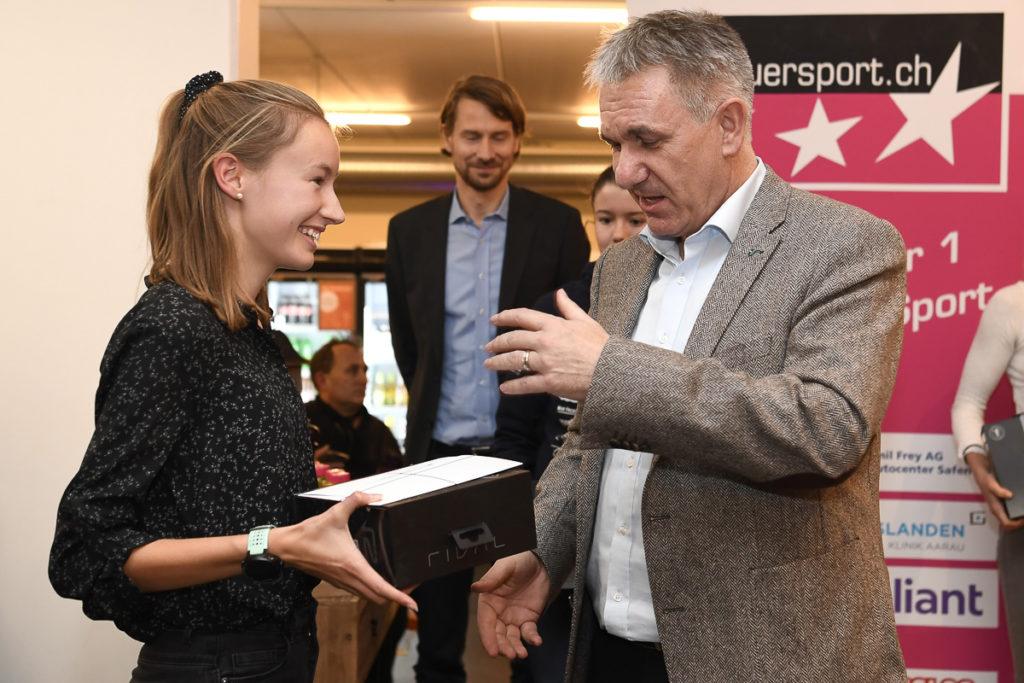 Regierungsrat Alex Hürzeler überreicht Eline Gemperle den Preis als Newcomerin des Jahres
