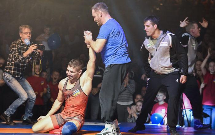 Trainer Marcel Leutert und einer seiner Kämpfer von der Ringerstaffel Freiamt freuen sich über den Sieg
