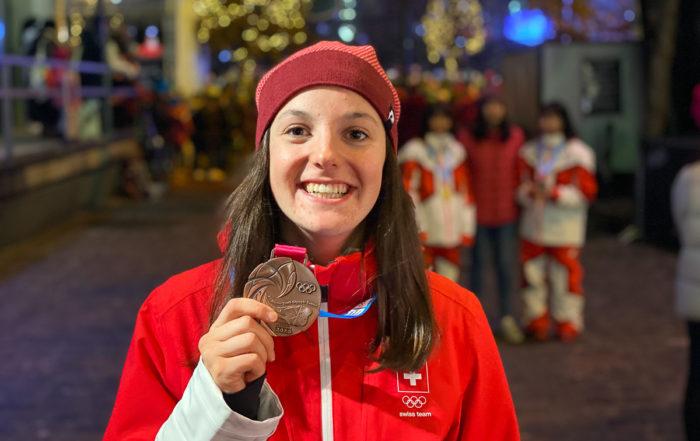 Berenice Wicki präsentiert ihre Bronzemedaille