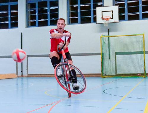Fussball für Gleichgewichts-Künstler auf zwei Rädern