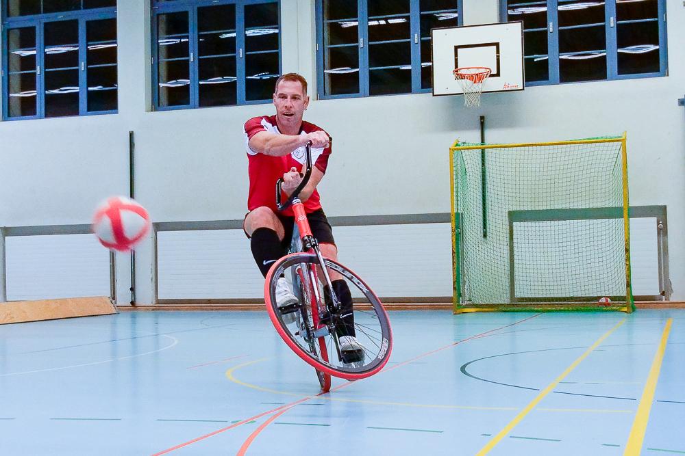 Radballer Stefan Lützelschwab bei der Schussabgabe