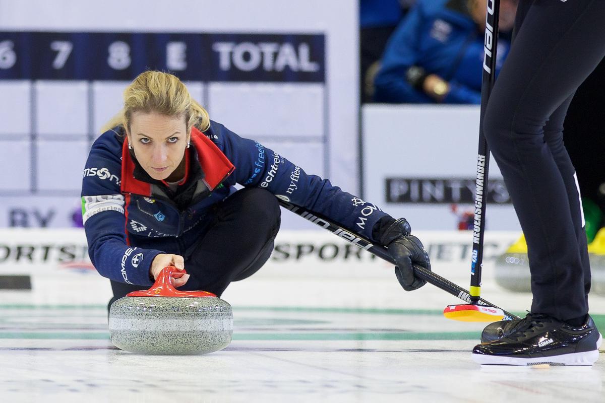 Curlerin Silvana Tirinzoni bei der Abgabe eines Steins