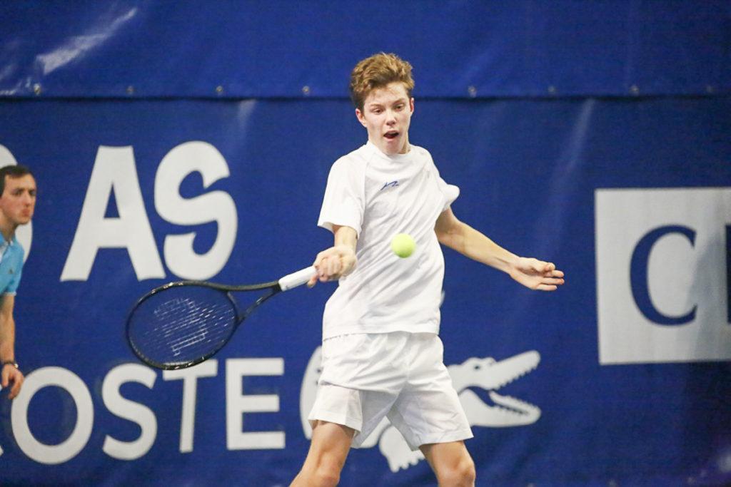 Tennisspieler Janis Simmen schlägt eine Vorhand