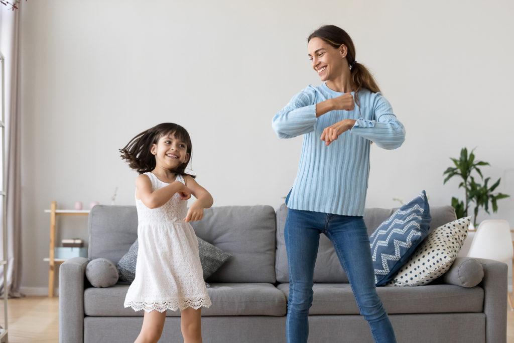 Mutter tanzt mit ihrer Tochter in der Stube