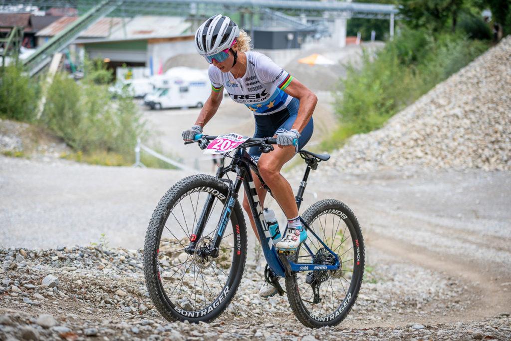 Mountainbikerin Jolanda Neff unterwegs in der Kiesgrube Gränichen