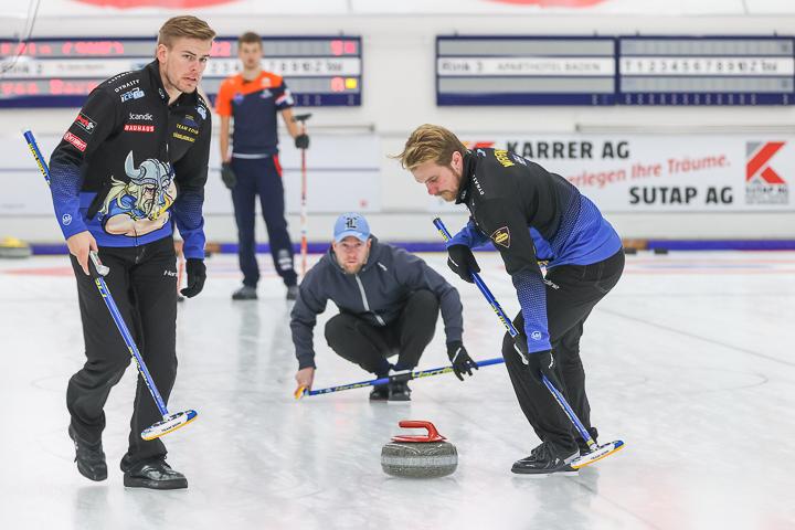 Die Curler des Team Edins bei der Abgabe eines Curlingsteins am Baden Masters