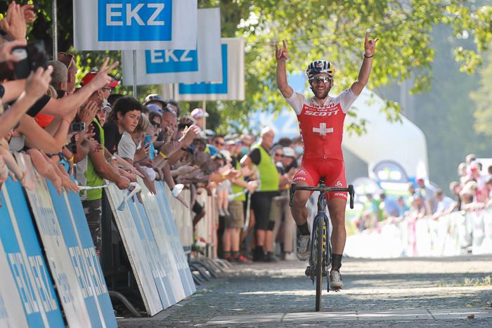 Lars Forster gewinnt die EKZ CrossTour Baden und jubelt bei der Zieleinfahrt