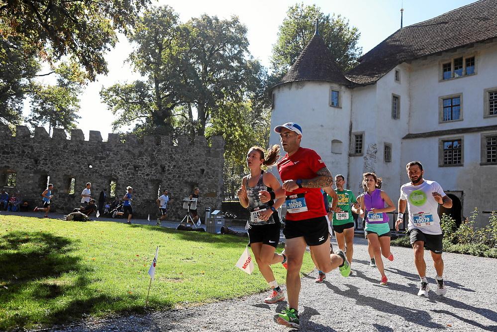 Mehrere Läuferinnen und Läufer des Hallwilerseelaufs wenden beim Schloss Hallwyl