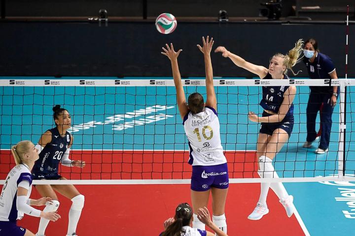 Volleyball-Profi Laura Künzler beim Smash
