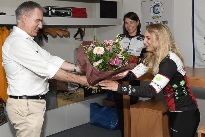Sportminister Alex Hürzeler überreicht Curlerinnen Silvana Tirinzoni und Esther Neuenschwander sein Geschenk