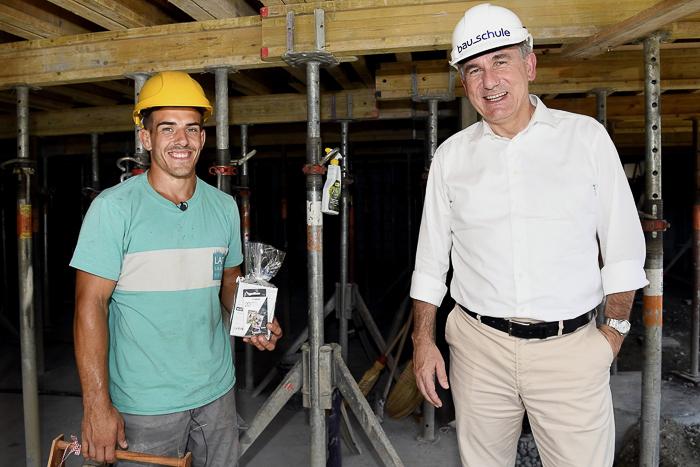 Sportminister Alex Hürzeler überreicht Ringer Randy Vock sein Geschenk