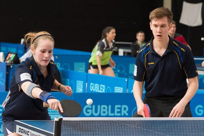 Ein Tischtennis-Mixed-Doppel in Aktion