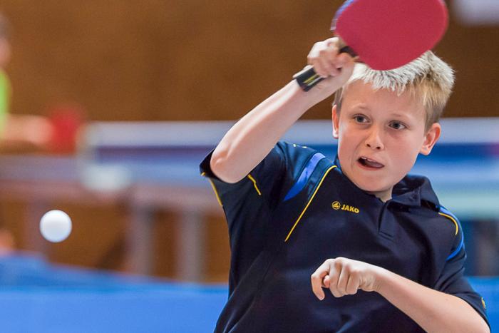 Tischtennis Junior schlägt eine Vorhand