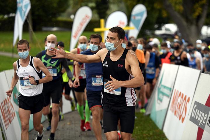 Am Hallwilerseelauf 2020 starteten die Läufer mit Maske