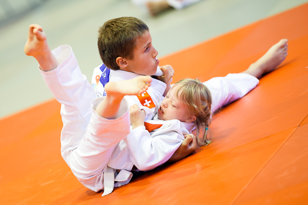 Zwei Kids mit einer Beeinträchtigung beim Judo